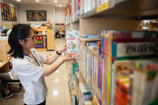 4月24日,在印度尼西亚雅加达建国学校,史依凡在学校图书馆查阅资料